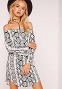 Schulterfreies Jerseykleid mit mehrfarbigem Schlangenprint