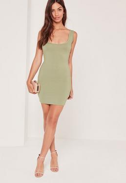Mini-robe moulante verte col carré