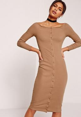 Brązowa prążkowana sukienka midi bardot zapinana na guziki