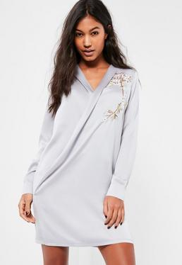 Szara satynowa sukienka kopertowa z ozdobnym haftem