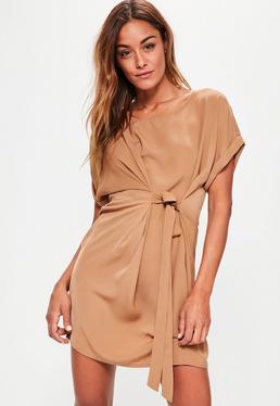Beżowa luźna sukienka wiązana w pasie