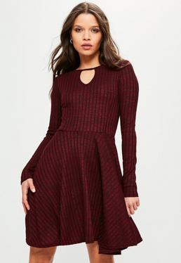 Burgundowa prążkowana rozkloszowana sukienka z wycięciem na dekolcie