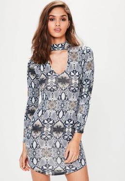 Figurbetontes Kleid mit Choker-Kragen und Schlangenprint in Grau