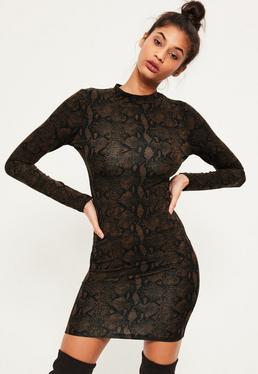 Ciemno brązowa dopasowana sukienka we wzór ze skóry węża