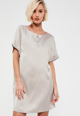 Srebrna luźna satynowa sukienka z zamkiem