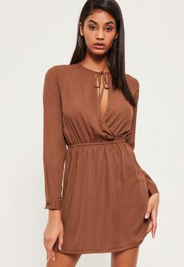 Brązowa rozkloszowana sukienka z wycięciem i wiązaniem na dekolcie