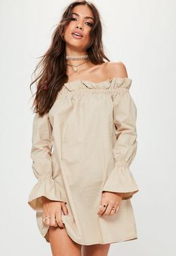 Beżowa sukienka bardot w paski z falbankami