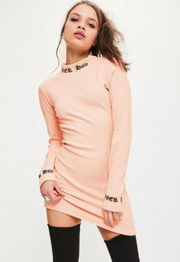 Różowa prążkowana dopasowana sukienka z ozdobnymi sloganami