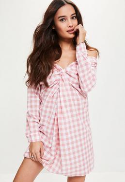 Różowa luźna sukienka w kratkę z odkrytymi ramionami