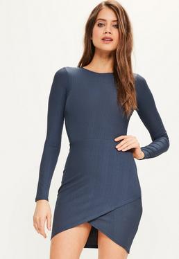 Niebieska dopasowana sukienka z asymetrycznym dołem
