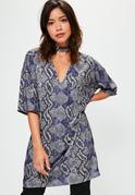 Shirt-Kleid mit Schlangenhaut-Print und Choker in Grau/Lila