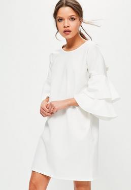 Biała luźna sukienka z falbankami na rękawach