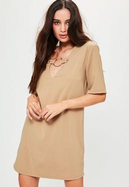 Weites Oversize Kurzarm Shirtkleid mit V-Ausschnitt und Ringverzierung in nudefarbenem Camel