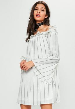 Biała luźna sukienka bardot w paski z szerokimi rękawami