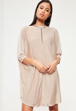 Różowa luźna sukienka ze śliskiego materiału z zamkiem z przodu