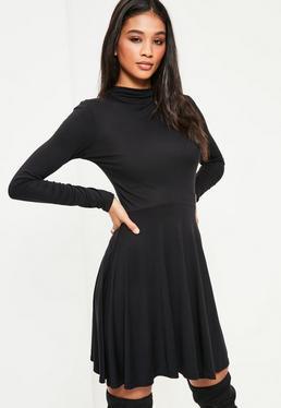 Czarna rozkloszowana sukienka z długimi rękawami i niskim golfem