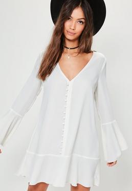 Biała luźna sukienka z ozdobnymi guzikami i falbanami