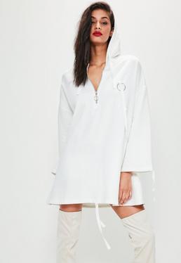 Robe-sweat blanche à capuche et anneau métallique
