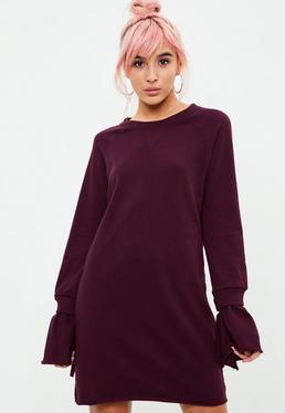 Burgundowa sukienka bluza z ozdobnymi falbanami i prążkowanymi detalami