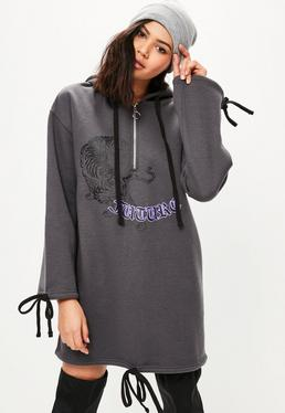 Szara owersajzowa sukienka bluza z kapturem z nadrukiem i ozdobnymi wiązaniami