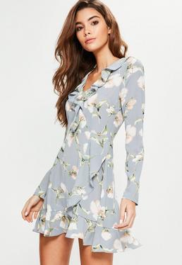Niebieska sukienka w kwiaty z falbankami