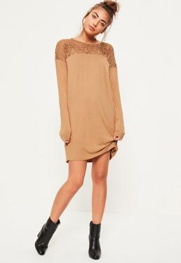 Robe camel à manches longues et empiècement dentelle