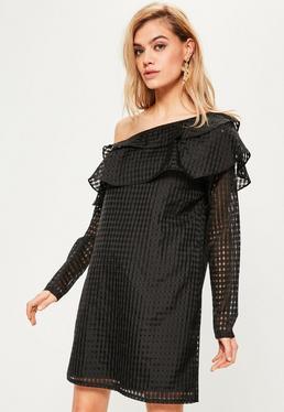 Czarna sukienka bardot z ozdobnymi falbanami