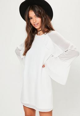 Robe droite blanche à manches longues et froufrous