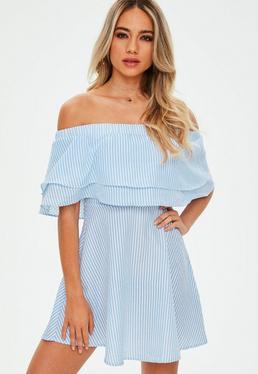 Niebieska luźna sukienka bardot z ozdobnymi falbanami w białe paski