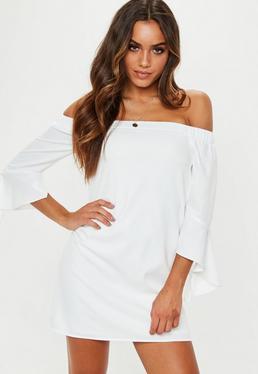 Biała luźna sukienka bardot z falbanami na rękawach