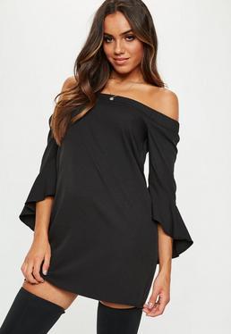 Czarna sukienka bardot z falbanami na rękawach