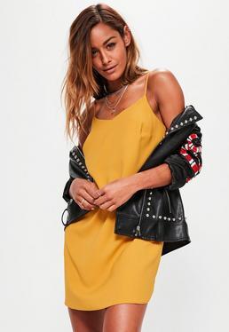 Vestido recto de crepé en amarillo