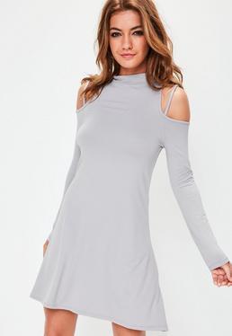 Szara sukienka z golfem i wyciętymi ramionami