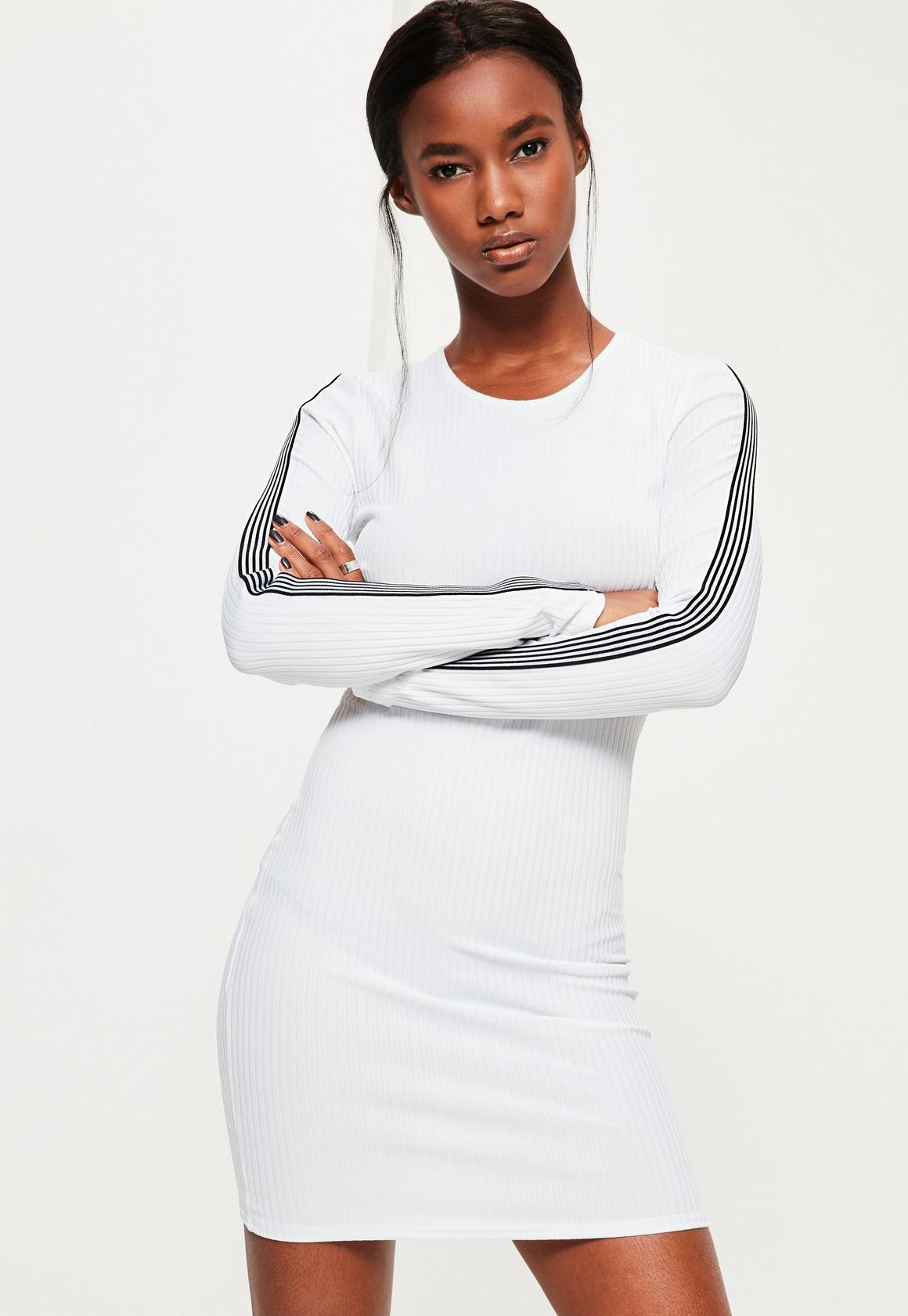 Geripptes Sportkleid mit gestreiften Ärmeln in Weiß | Missguided