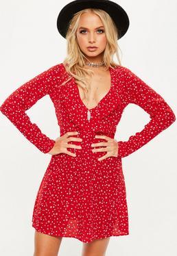 Czerwona rozkloszowana sukienka z falbankami i białymi gwiazdkami