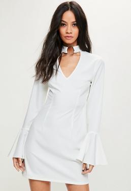 Biała sukienka z chokerem i falbanami