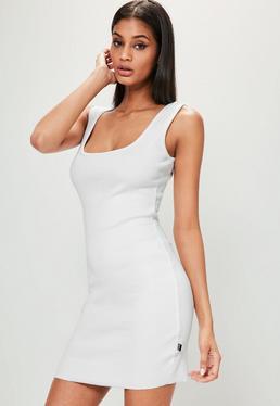 Biała prążkowana sukienka z kwadratowym dekoltem Londunn + Missguided