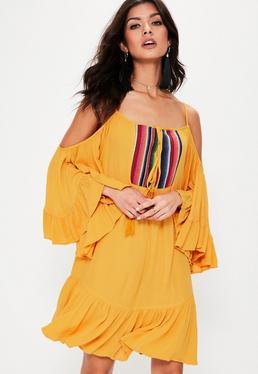 Vestido con vuelo de hombros descubiertos con bordados en amarillo