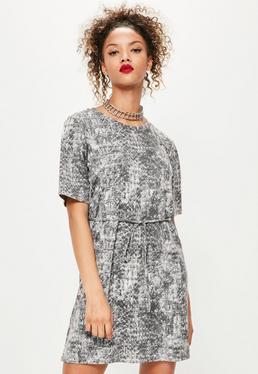 Szara luźna sukienka wiązana w pasie w wężowe wzory
