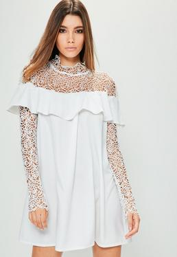 Biała luźna sukienka z topem z szydełkowej koronki i falbanką