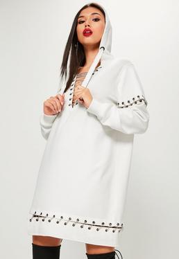 Kapuzen-Pulloverkleid mit Ring-Leisten und Ketten-Dekolletee in Weiß