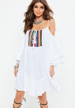 Biała luźna sukienka z wyciętymi ramionami i ozdobnym haftem