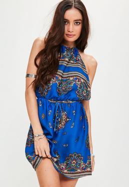 Robe bleue satinée à imprimé batik et dos nu