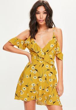 Żółta zawijana sukienka w kwiaty z falbankami