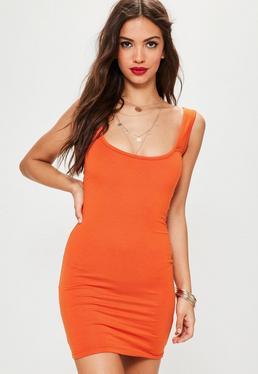 Pomarańczowa dopasowana sukienka mini z kwadratowym dekoltem