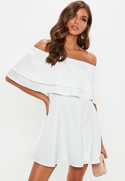 Biała krótka sukienka bardot z warstwową falbanką