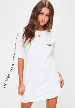 Vestido camiseta con eslogan bordado en blanco
