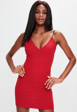 Czerwona dopasowana sukienka mini z głębokim dekoltem na cienkich ramiączkach