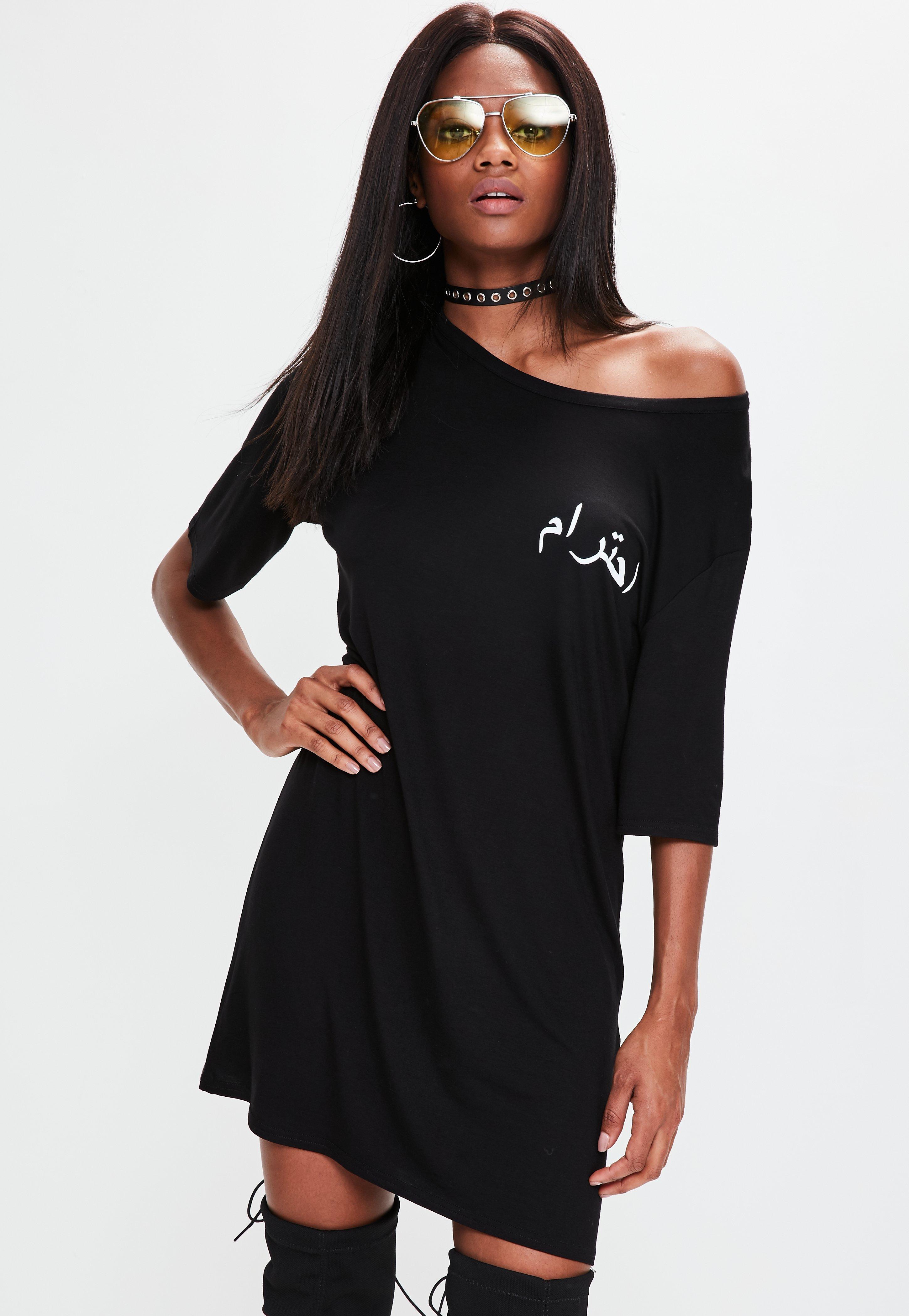 Schwarzes T-Shirt-Kleid mit arabischer Grafik   Missguided