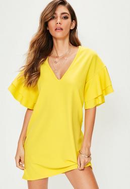 Vestido corto con escote en v de mangas de volantes en amarillo